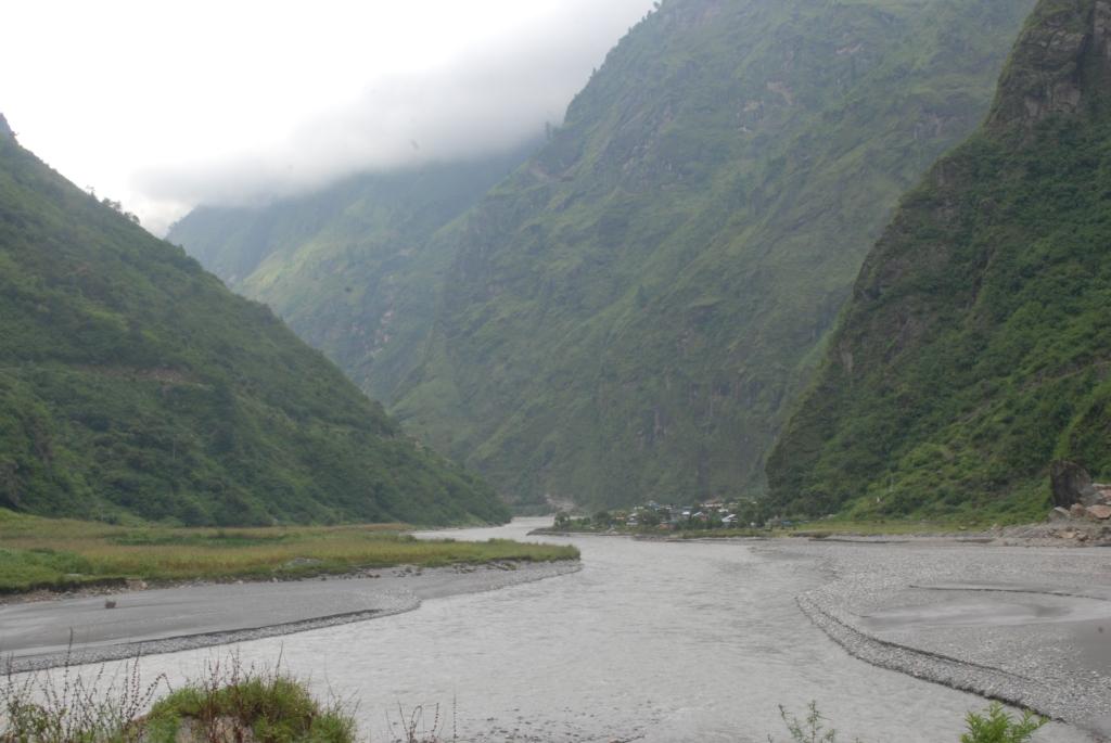 El valle de Tal. La villa se puede apreciar al lado derecho del río.