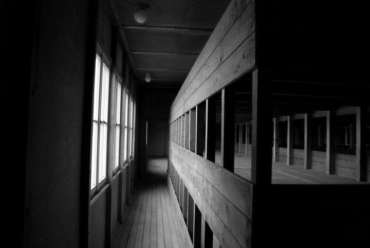 Foto que tomé en el campo de concentración de Dachau en Alemania. En estos camarotes se podían amontonar con facilidad ciento cincuenta personas. Cincuenta por piso. Es desgarrador ver el lugar en el que tanta gente sufrió tanto.