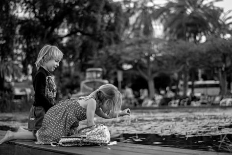 Ninos en estanque. Tel Aviv, Israel. Mayo del 2015